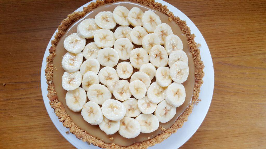 banana slices layered on top of caramel and graham cracker base