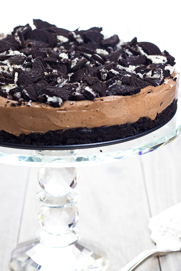 no bake Oreo cheesecake on a cake stand